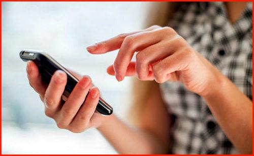 Девушка держит телефон в руке