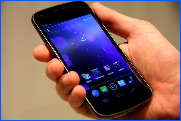 Мужчина держит в руке телефон